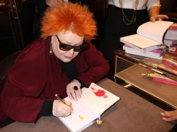Giusi Ferré mentre firma il suo libro edito da Rizzoli Buccia di Banana, Lo stile e l'eleganza dalla A alla Z